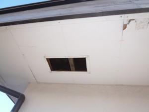施工前 破風ヒビ割れ軒下穴