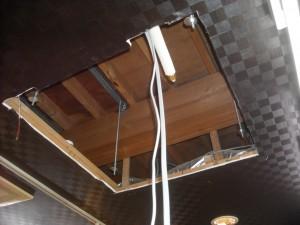 テナントのエアコン交換施工中