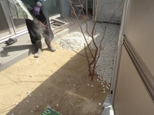 マンションでの防犯砂利の敷き詰め事例 施工中