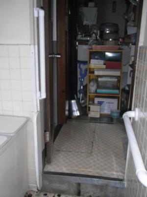 施工後 浴室 入口と脇に手摺取付
