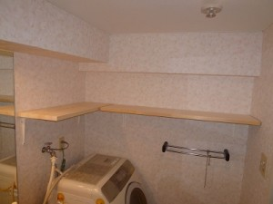 洗面所の壁面施工後 収納棚の設置