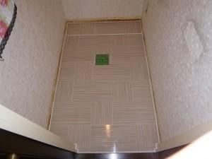 トイレ施工中 床貼替え
