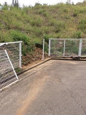 施工中 フェンス支柱埋込