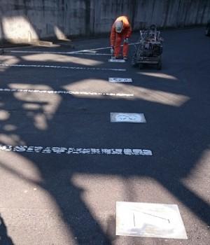 施工中 駐車場番号塗装