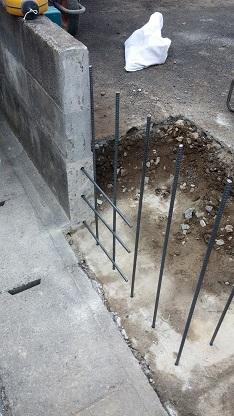 施工中5 ブロック塀鉄筋設置