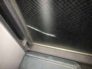 マンション修繕施工前 ガラスひび割れ