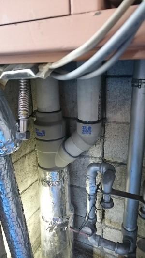 施工中 共用排水管敷設後保温材巻