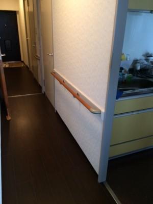 施工後 キッチン脇手すり設置