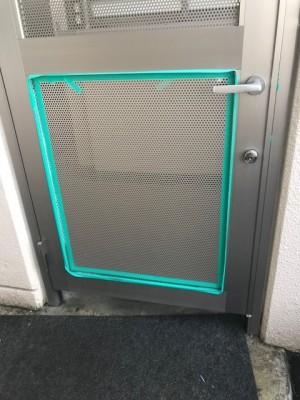 施工中 新パンチング板はめ込み枠コーキング