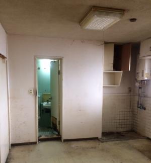 リノベーション事例 トイレ入口施工前