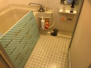 足元から冷え込むタイル張りの浴室