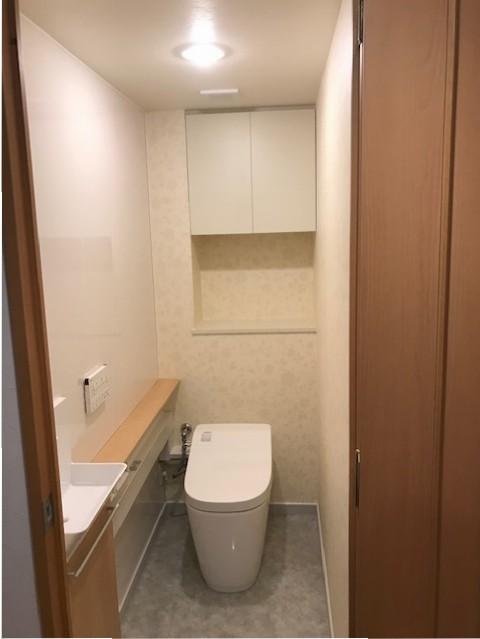 便器交換後。カウンターと手洗い器を新設しても、タンクがなくなった分、ゆとりを感じられる空間に