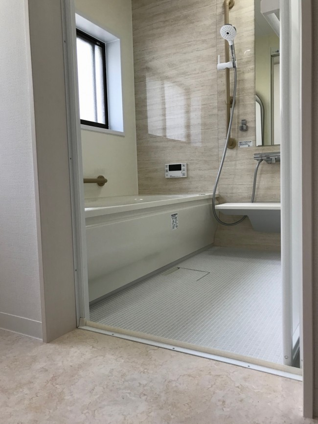 脱衣室と浴室の段差がないのでつまづいたりする心配なし!