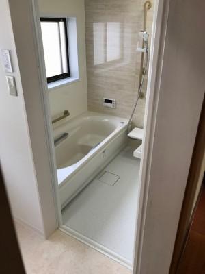 浴槽横の壁にオプションの手すりを設置