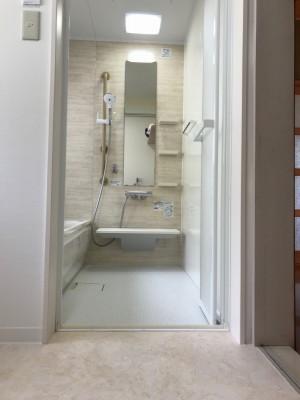シャワーハンガーの位置を変えられるスライドバーは、手すり兼用