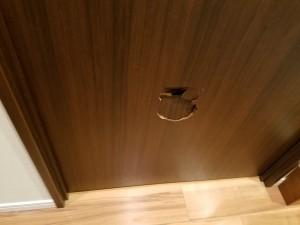 トイレドアの穴をリペア施工前