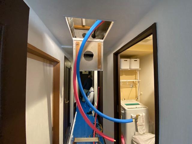 施工中 廊下天井裏の配管引込