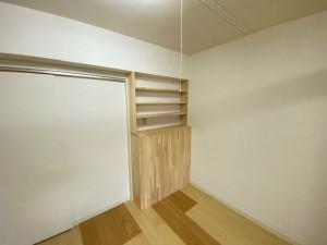 リビング② キッチンとの仕切りに本棚を新設