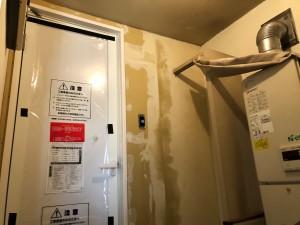 浴室入口壁クロス貼り替え 施工中